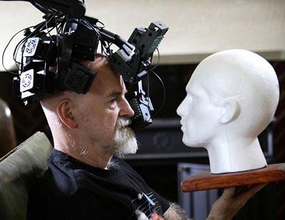 Terry Pratchett y su casco contra el alzheimer